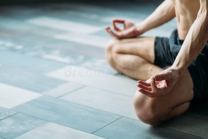Yoga für die grundlegenden Haltungen der Attrappen, die Meditation ausbilden stockbilder