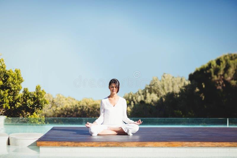 Yoga facente castana calma fotografia stock libera da diritti