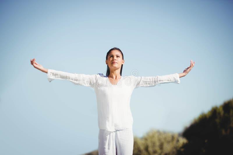 Yoga facente castana calma immagini stock libere da diritti