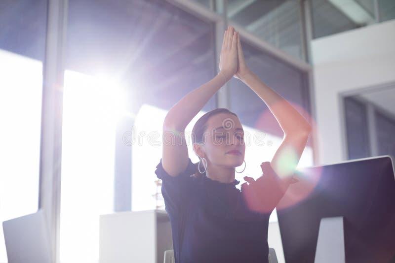 Yoga faisant exécutif femelle image libre de droits