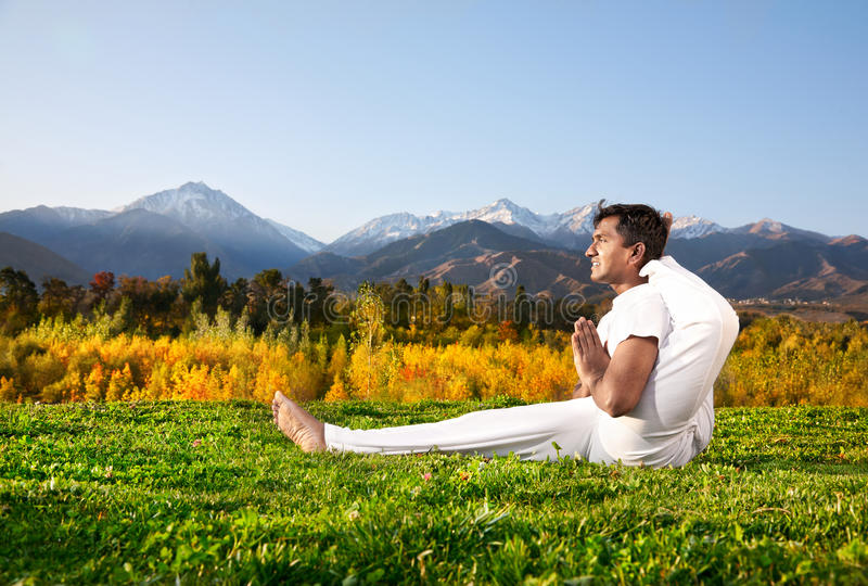Yoga-Fortschrittshaltung in den Bergen stockbilder