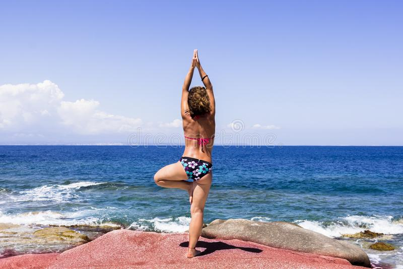 Yoga framme av paradiset arkivbild