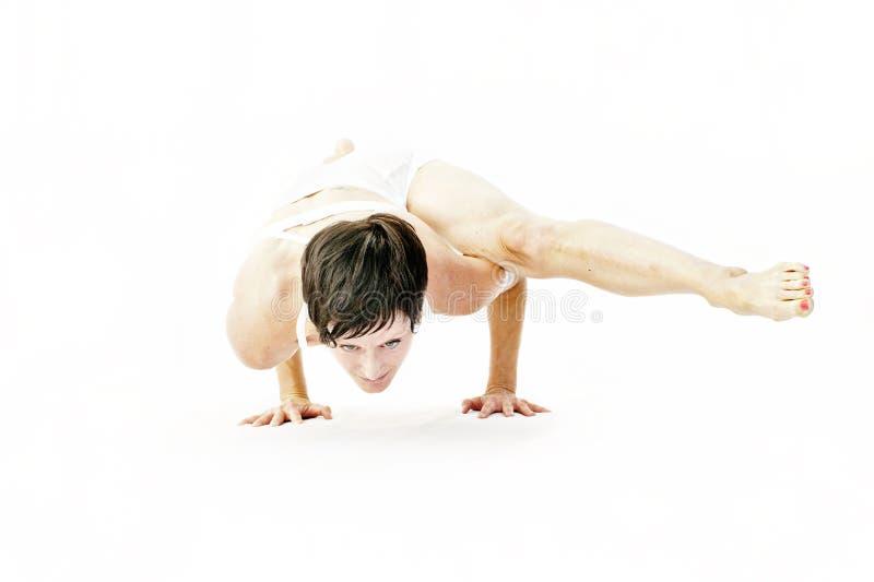 Yoga-Frauen-kunstvolle Arm-Balance lizenzfreie stockfotografie