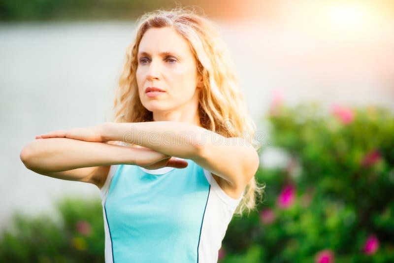 yoga göra barn för övningskvinnayoga royaltyfri fotografi