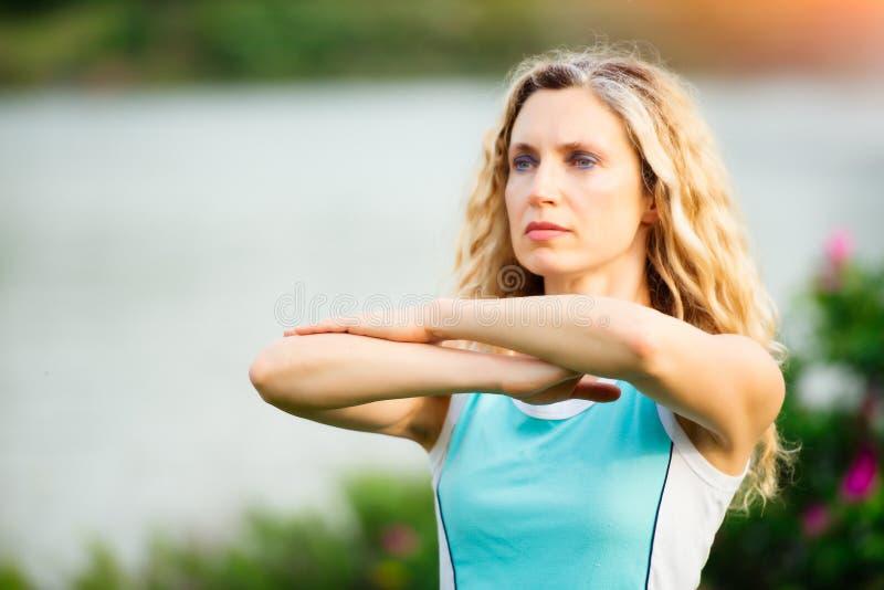 yoga göra barn för övningskvinnayoga arkivfoto