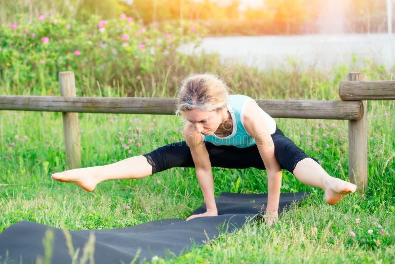 yoga göra barn för övningskvinnayoga royaltyfria bilder