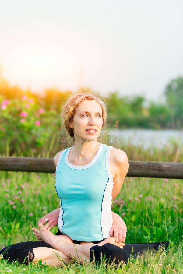 yoga göra barn för övningskvinnayoga fotografering för bildbyråer