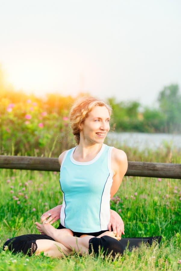 yoga göra barn för övningskvinnayoga arkivfoton