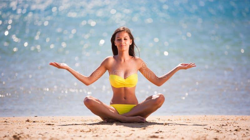 Yoga gialla del bikini immagine stock