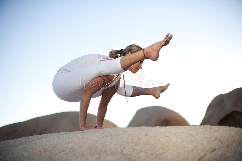 Yoga-Haltung Titibasana stockbild