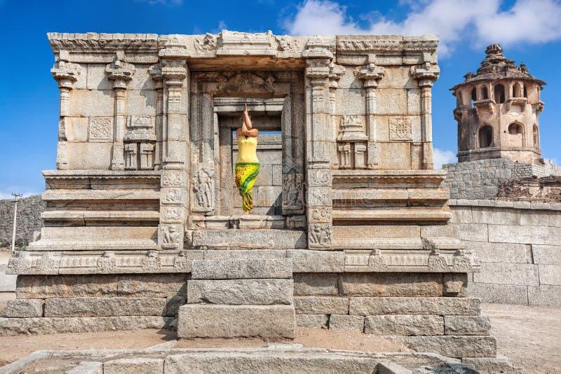 Yoga in Hampi-ruïnes stock foto's