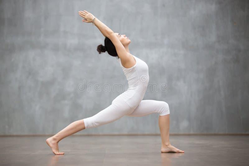 Yoga hermosa: Actitud del guerrero uno imagen de archivo libre de regalías