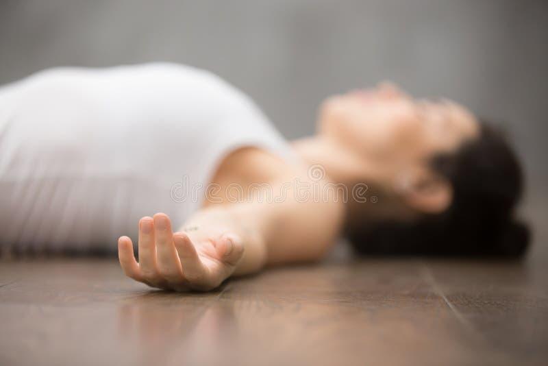 Yoga hermosa: relajación después de entrenar imagen de archivo libre de regalías