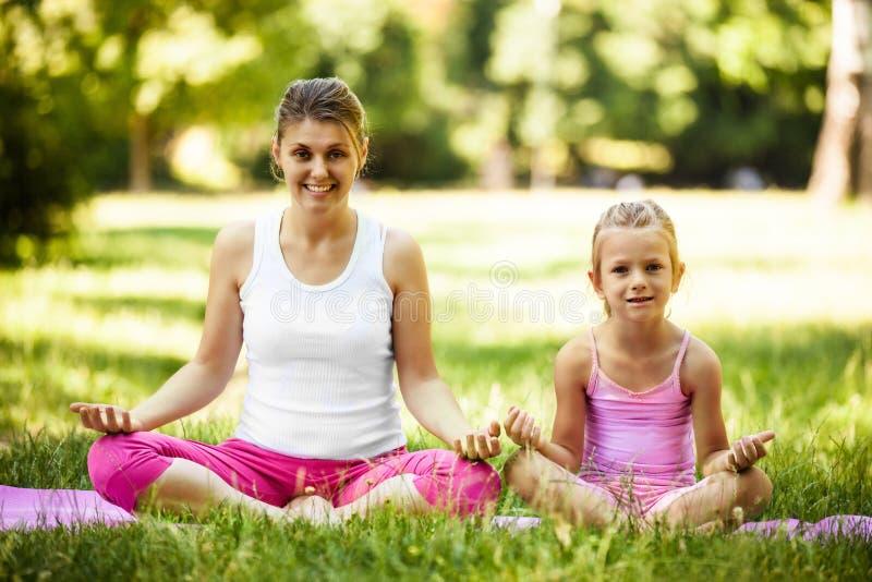 Yoga in het park stock foto