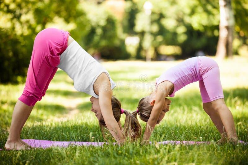 Yoga in het park royalty-vrije stock fotografie