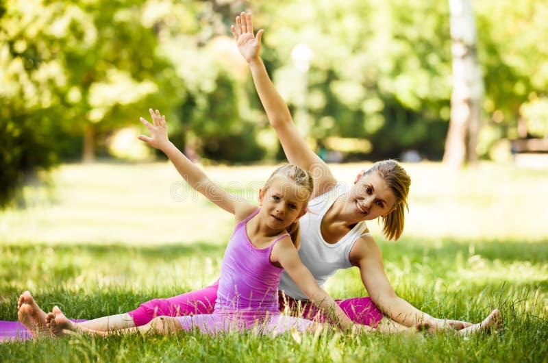 Yoga in het park royalty-vrije stock foto's