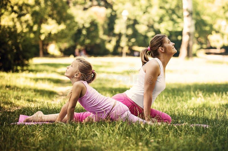 Yoga in het park stock fotografie