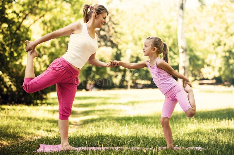 Yoga in het park stock foto's