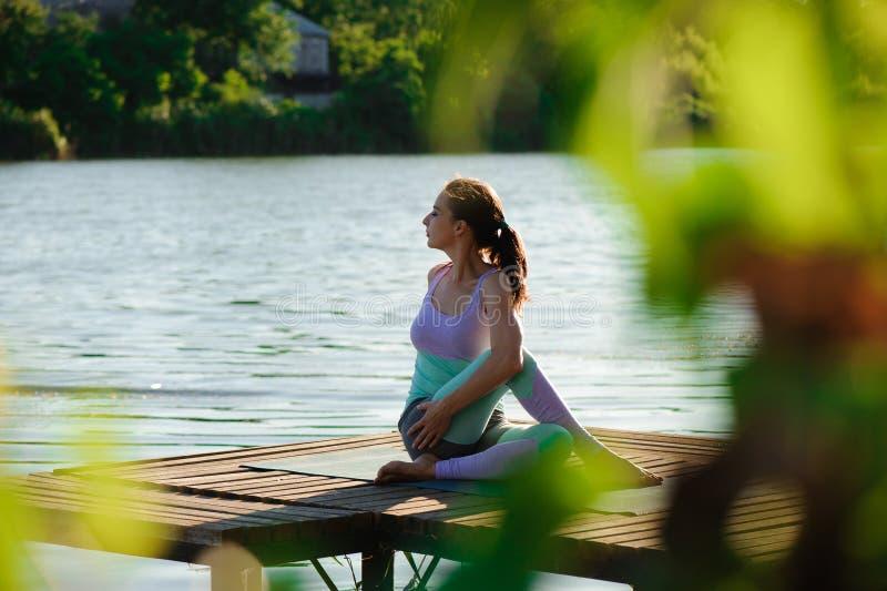 Yoga in het park, openlucht met effect licht, gezondheidsvrouw, Yogavrouw Concept gezonde levensstijl en ontspanning stock afbeeldingen