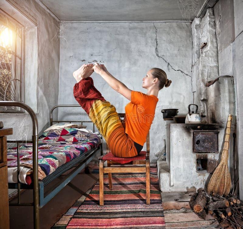 Yoga i ryskt hus royaltyfria foton
