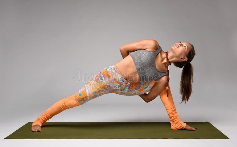Yoga i studio Kvinna royaltyfria bilder