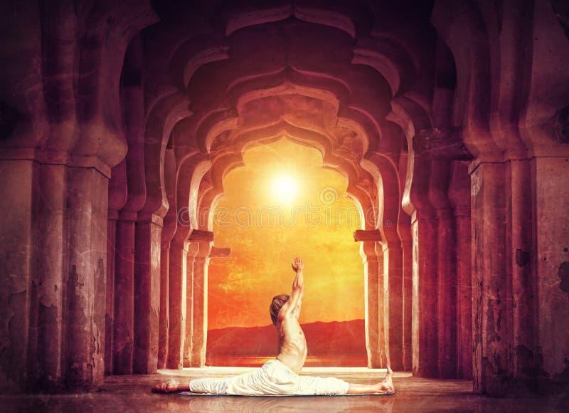 Yoga i tempel arkivbild