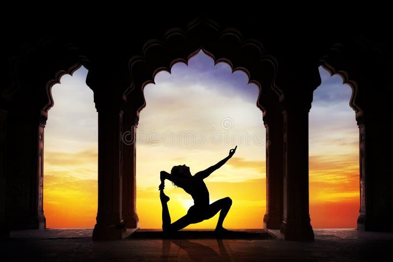 Yoga i templet royaltyfri fotografi