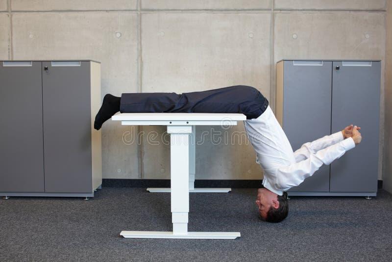 Yoga im Büro stockbilder