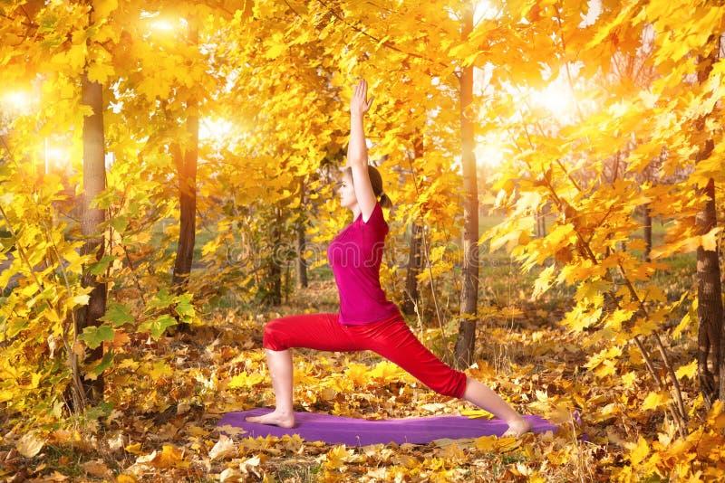 Yoga im Herbst lizenzfreie stockbilder