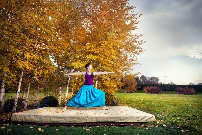 Yoga im Herbstpark stockfotos