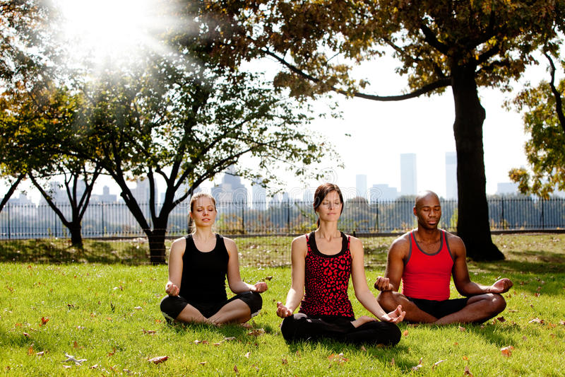 Yoga im Park lizenzfreie stockfotos