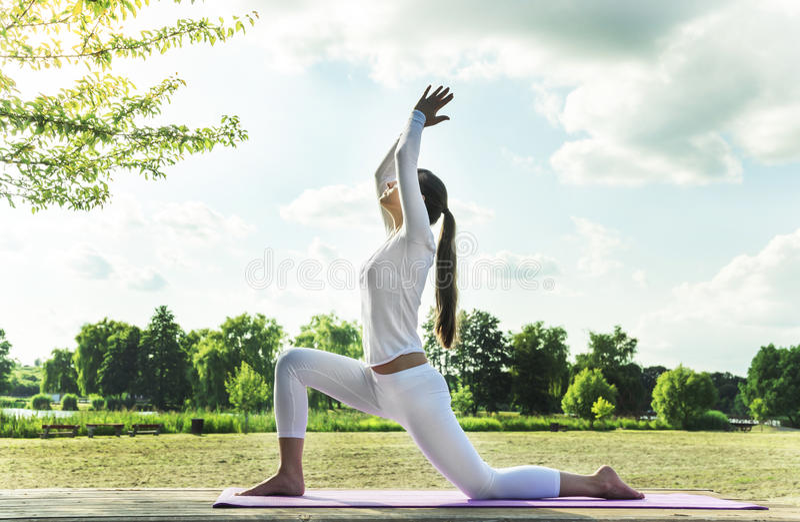 Yoga im Park stockfotos