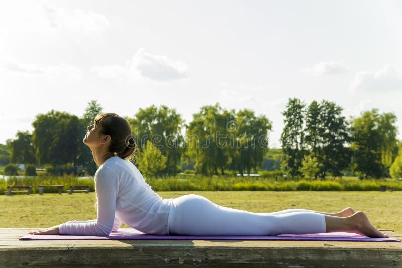 Yoga im Park stockbilder