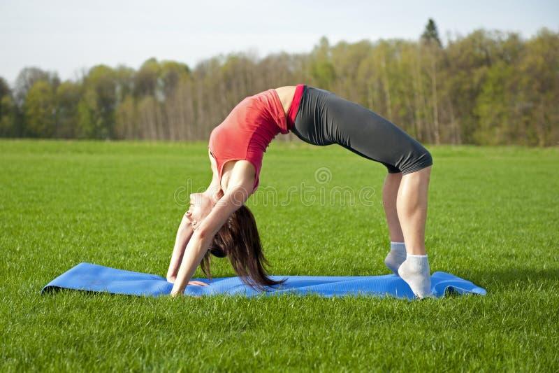 Yoga im Park. Aufwärts Bogen lizenzfreies stockbild
