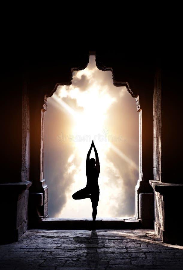 Yoga im Tempel stockfoto