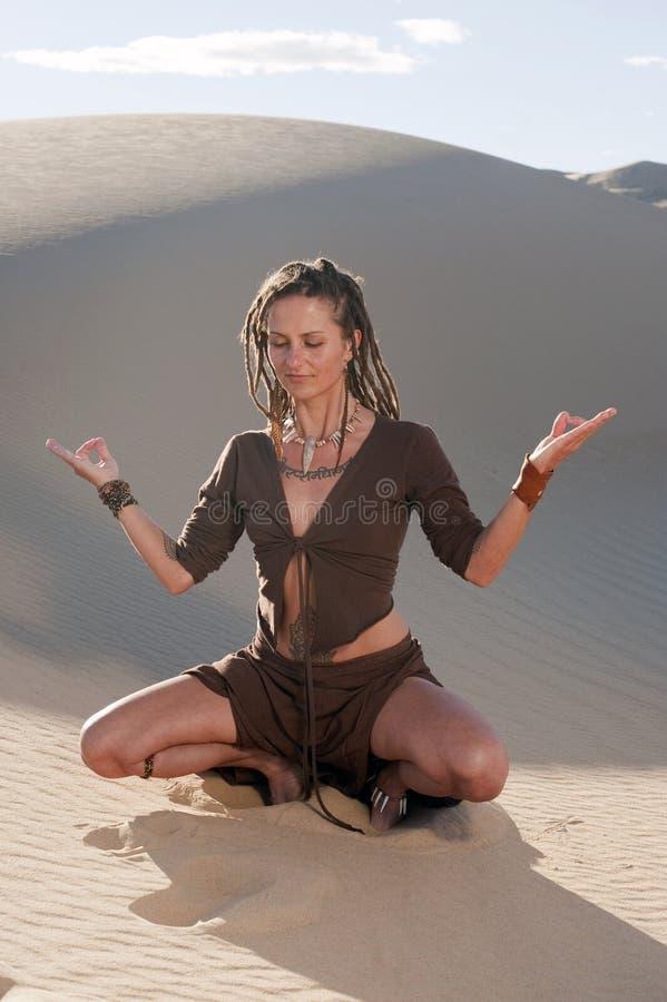 Yoga intérieur d'individu image stock