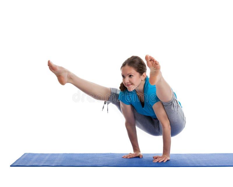 Yoga - jeune belle femme faisant l'excerise photographie stock