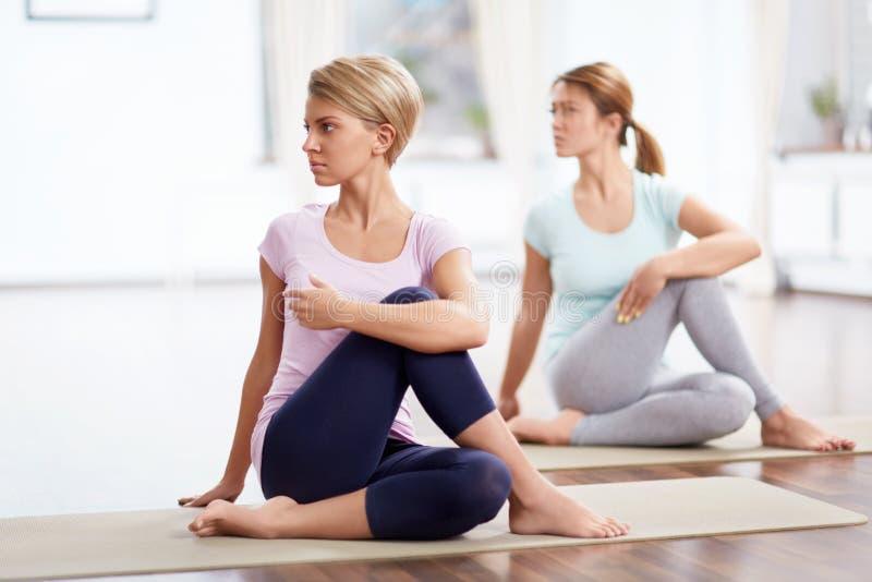 Yoga klassificerar royaltyfri bild