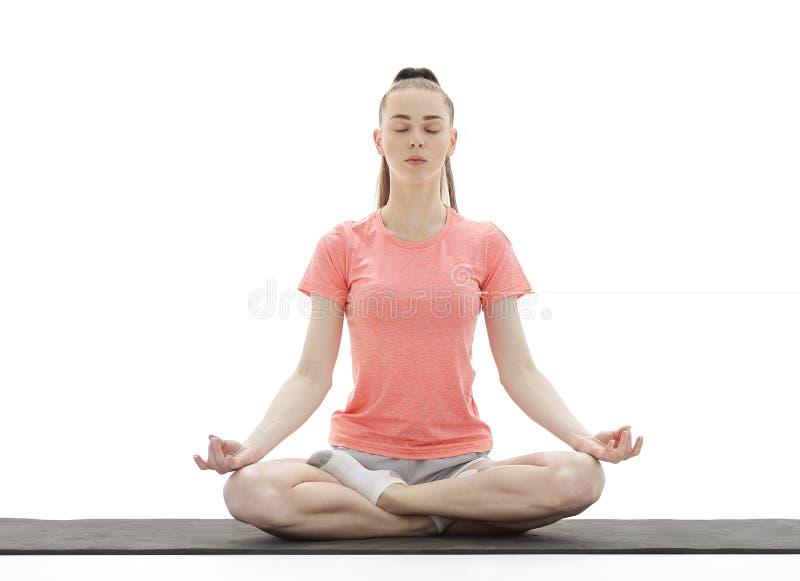 yoga Kvinna som mediterar och gör yoga mot vit bakgrund arkivbild