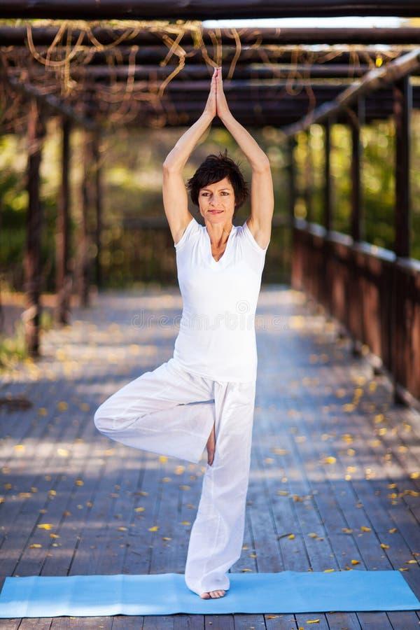 Yoga mûr de femme image libre de droits