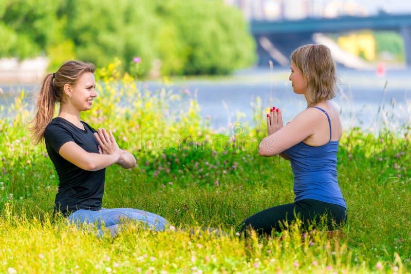 yoga an mûr de 40 pratiques en matière de femme avec un entraîneur expérimenté photographie stock