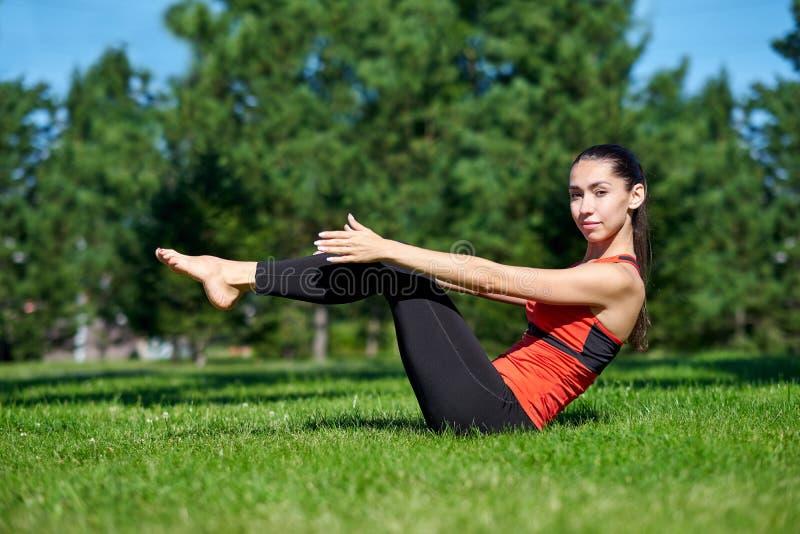 yoga M?ditation de pratique de yoga de jeune femme en nature un parc Concept de mode de vie de sant? image stock