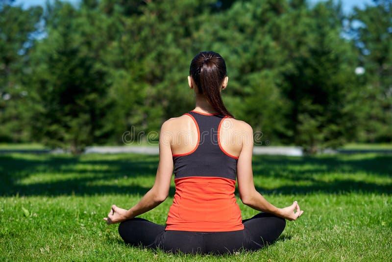 yoga M?ditation de pratique de yoga de jeune femme en nature un parc Posture de Lotus Concept de mode de vie de sant? photos stock