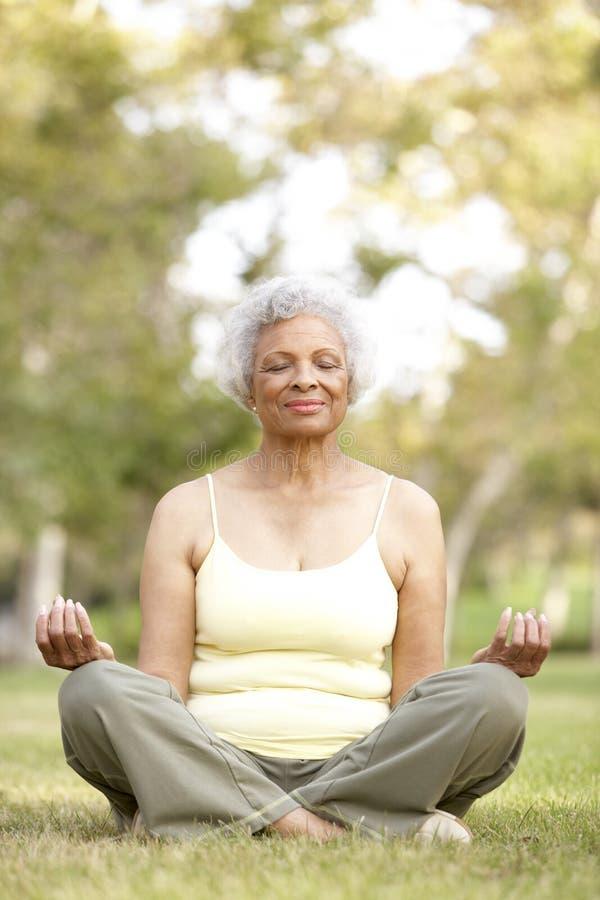 Yoga maggiore della donna in sosta fotografie stock libere da diritti
