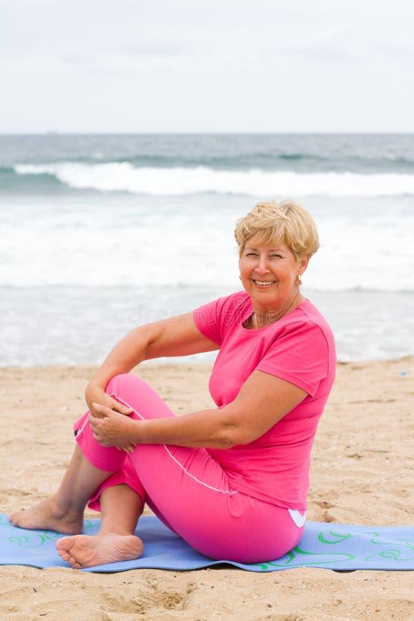 Yoga mayor de la mujer imagenes de archivo
