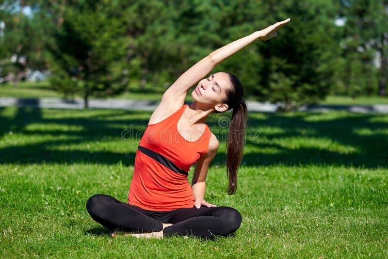 yoga Medita??o praticando da ioga da jovem mulher na natureza um parque Conceito do estilo de vida da sa?de fotos de stock