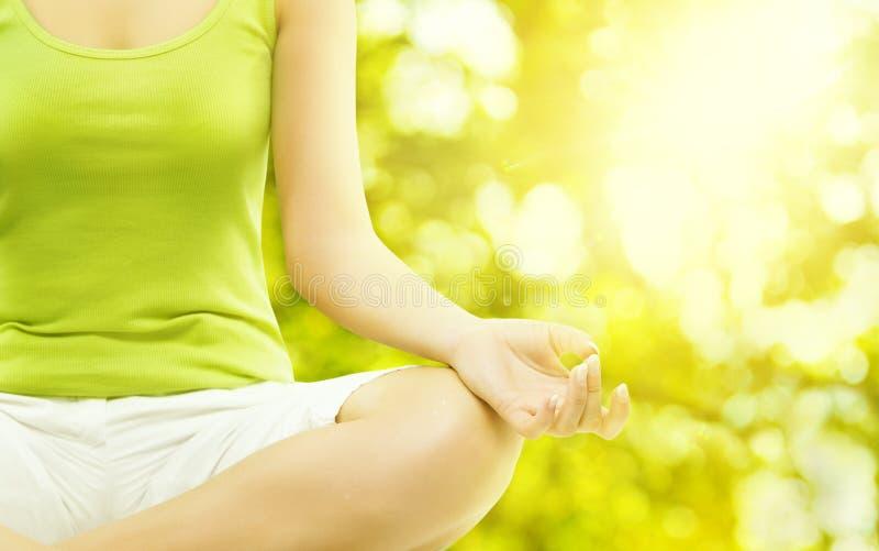 Yoga-Meditation im Freien, meditierender Frauen-Körper, menschliche Hand lizenzfreies stockbild