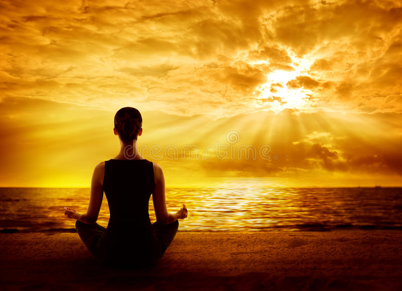 Yoga-meditierender Sonnenaufgang, Frau Mindfulness-Meditation auf Strand stockfotografie