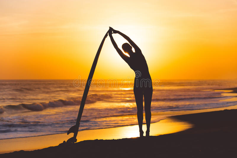 Yoga met surfplank stock foto