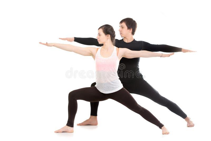 Yoga mit Partner, Virabhadrasana 2 lizenzfreie stockfotografie